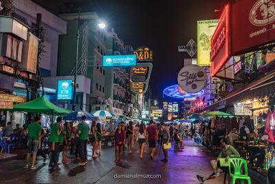 Calle de Kao san Road en la noche de Bangkok